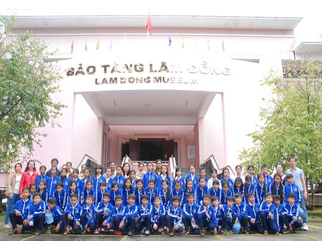 Tổ chức cho học sinh khối 6 đi tham quan dã ngoại ở Đà Lạt.